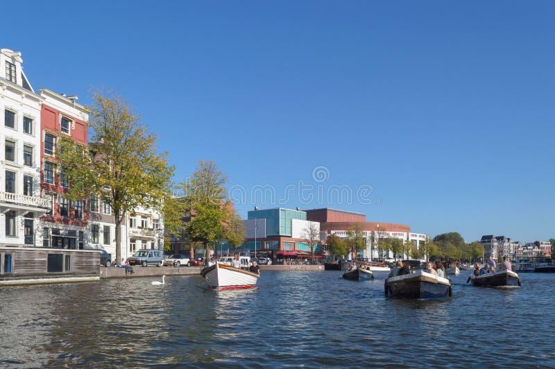 Barche con la gente sul fiume Amstel immagine stock libera da diritti