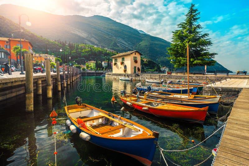 Barche da pesca colorate sul lago, Garda Lake, Torbole, Italia immagini stock