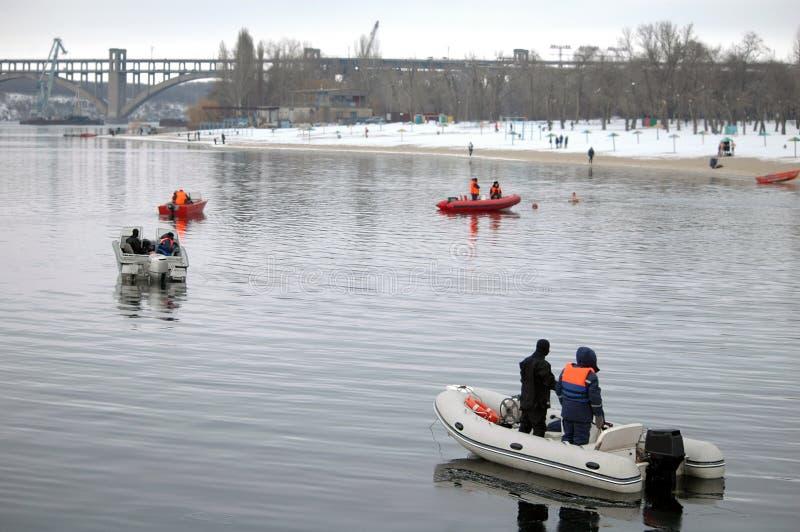 Barche dei bagnini sull'acqua nell'inverno