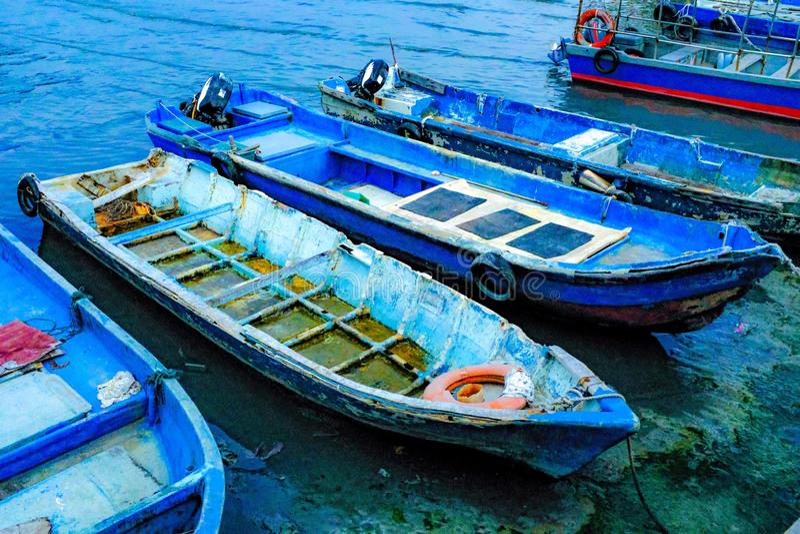 Barche dei pescatori che parcheggiano sulla riva fotografia stock