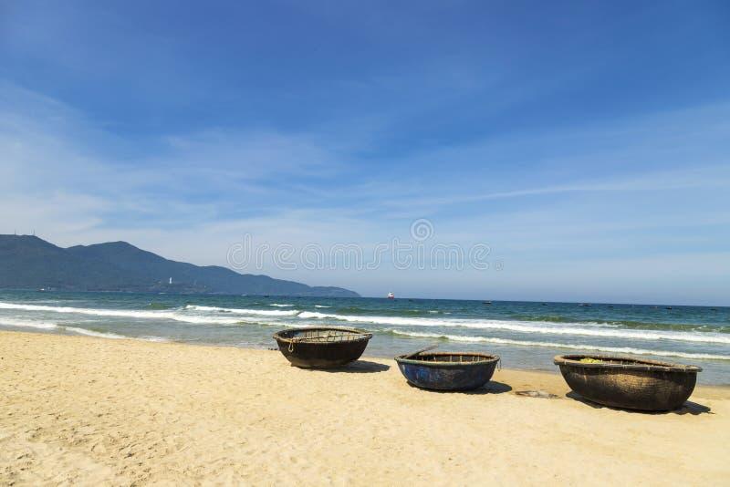 Barche del canestro sulla mia spiaggia di Khe a Danang Piccoli pescherecci vietnamiti tradizionali sulla mia spiaggia di Khe a Da fotografia stock libera da diritti