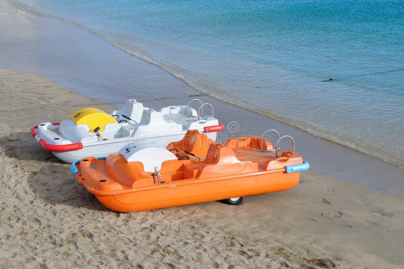 Barche del pedale per affitto sul mare blu fotografie stock libere da diritti