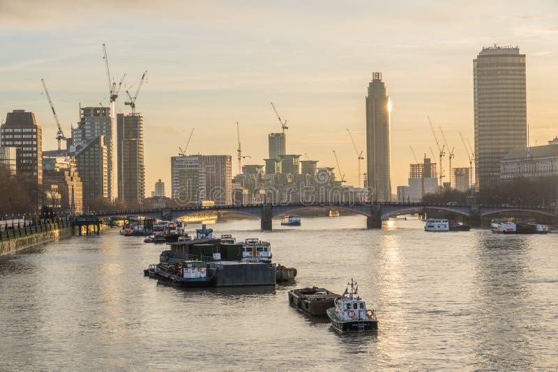 Barche del Tamigi al tramonto a Londra, Regno Unito immagini stock libere da diritti