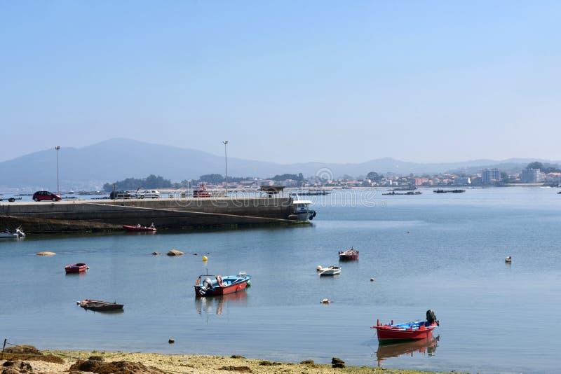 Barche dell'isola di Arousa sulla Praia della spiaggia un Sapeira, Pontevedra pro fotografia stock libera da diritti