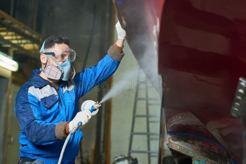 Barche della verniciatura a spruzzo del lavoratore in officina immagini stock libere da diritti