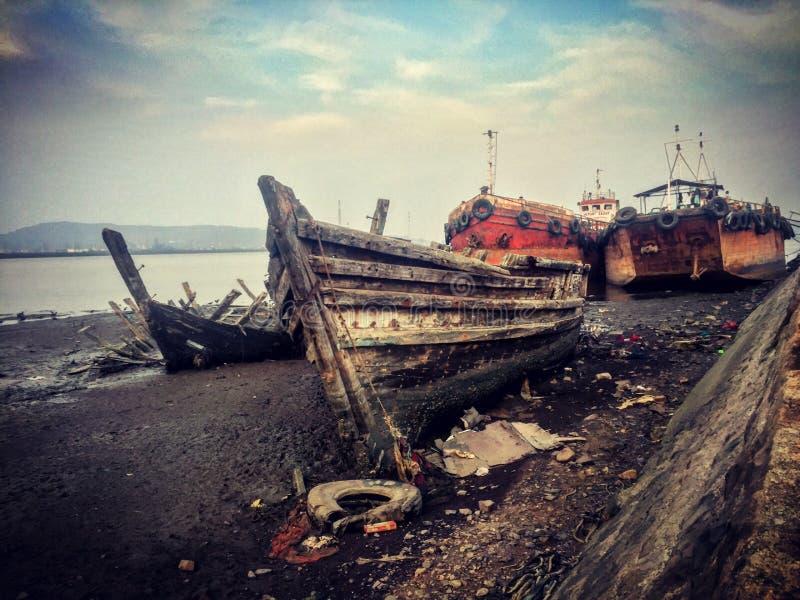 barche demolite al cantiere navale di Mumbai fotografie stock libere da diritti