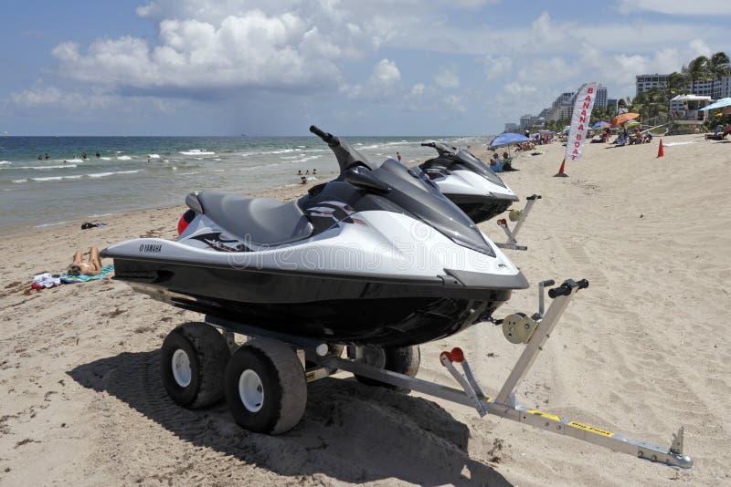Barche di banana per affitto sulla spiaggia del Fort Lauderdale immagini stock libere da diritti