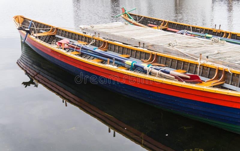 Barche di fila lunghe con i remi immagini stock libere da diritti