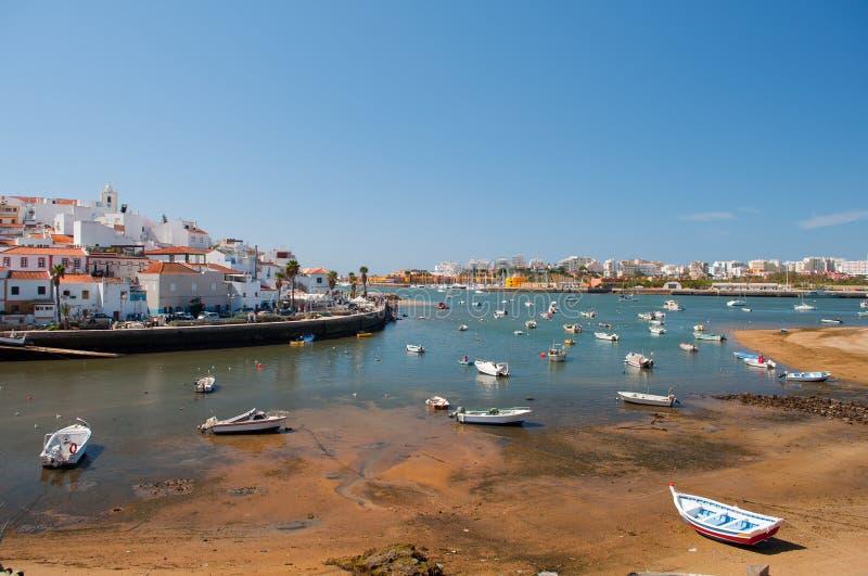 Barche di Fisher in Ferragudo poco villaggio, Algarve, Portogallo fotografia stock libera da diritti