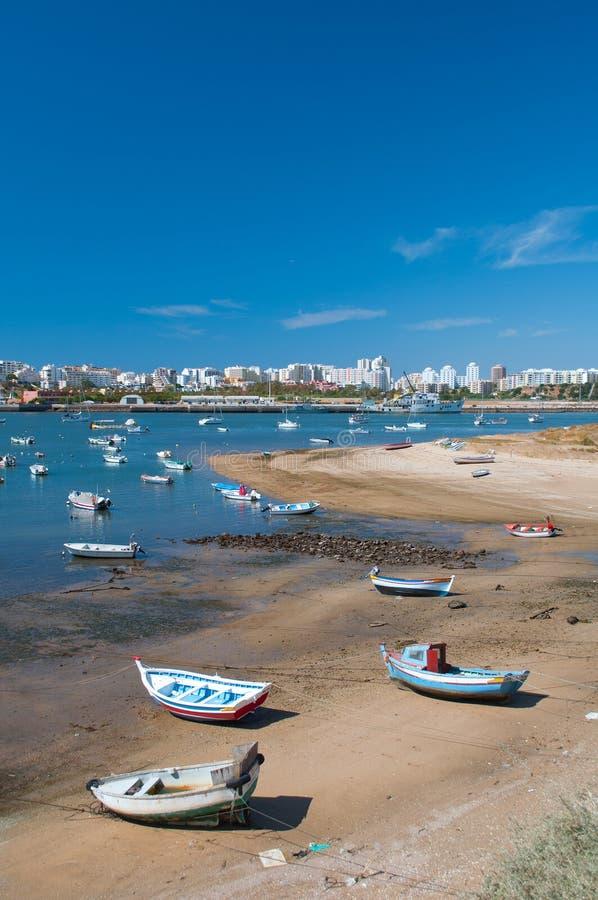 Barche di Fisher in Ferragudo poco villaggio, Algarve, Portogallo immagine stock libera da diritti