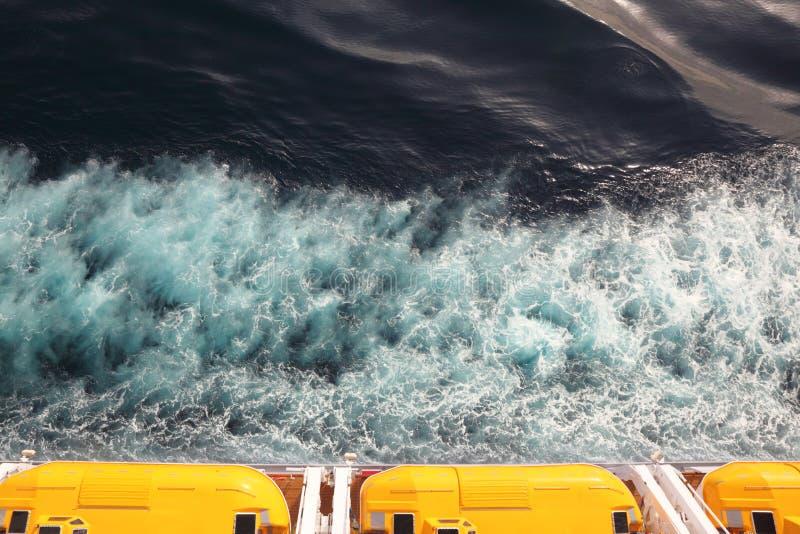 Barche di fuga con il tetto giallo sulla nave da crociera immagine stock libera da diritti