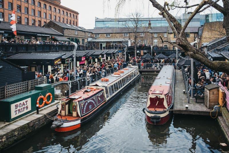 Barche di giro attraccate sul canale del reggente dentro Camden Market, Londra, Regno Unito, la gente che cammina intorno al merc fotografia stock libera da diritti