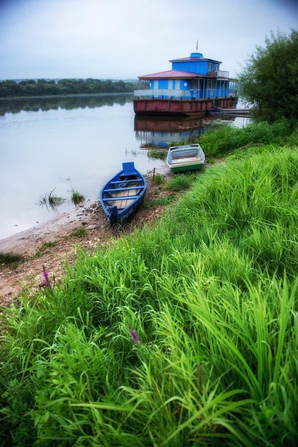 Barche di legno ad alba alla città russa Tarusa. fotografia stock