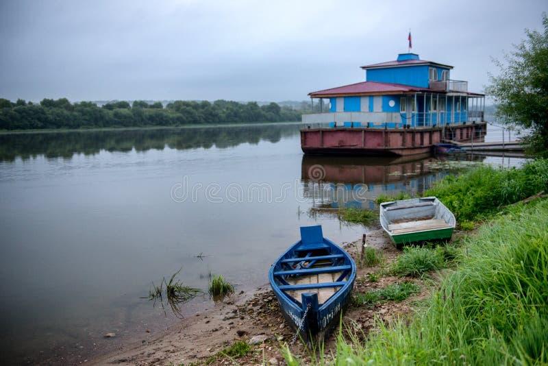 Barche di legno ad alba alla città russa Tarusa. immagine stock libera da diritti