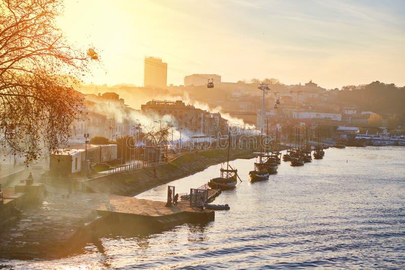 """Barche di legno portoghesi tipiche, chiamate """"rabelos di barcos """"che trasportano i barilotti di vino sul fiume il Duero con la vi immagine stock libera da diritti"""