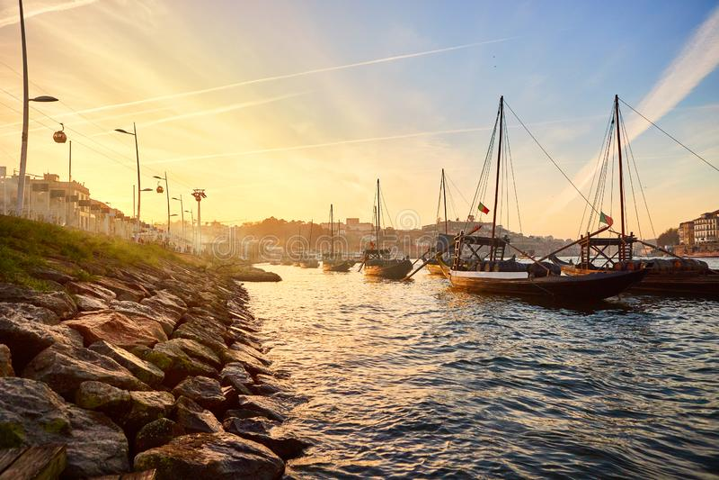 """Barche di legno portoghesi tipiche, chiamate """"rabelos di barcos """"che trasportano i barilotti di vino sul fiume il Duero con la vi immagine stock"""