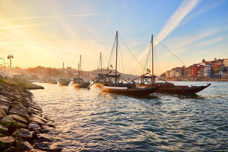 Barche di legno portoghesi tipiche, chiamate ?rabelos di barcos ?che trasportano i barilotti di vino sul fiume il Duero con la vi immagine stock libera da diritti