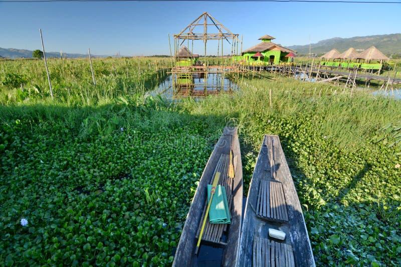 Barche di legno tradizionali fra il giacinto d'acqua Villaggio di Maing Thauk Lago Inle myanmar fotografie stock