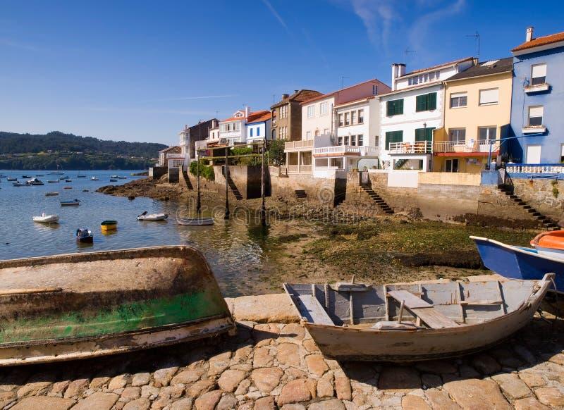 Barche di legno in un paesino di pescatori fotografie stock libere da diritti