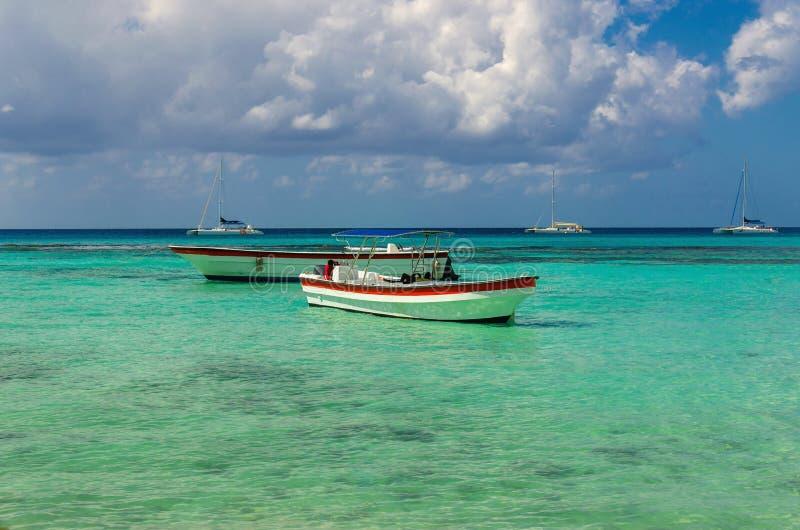 Barche di legno variopinte Repubblica caraibica del azur sulla bella e dominicana immagini stock