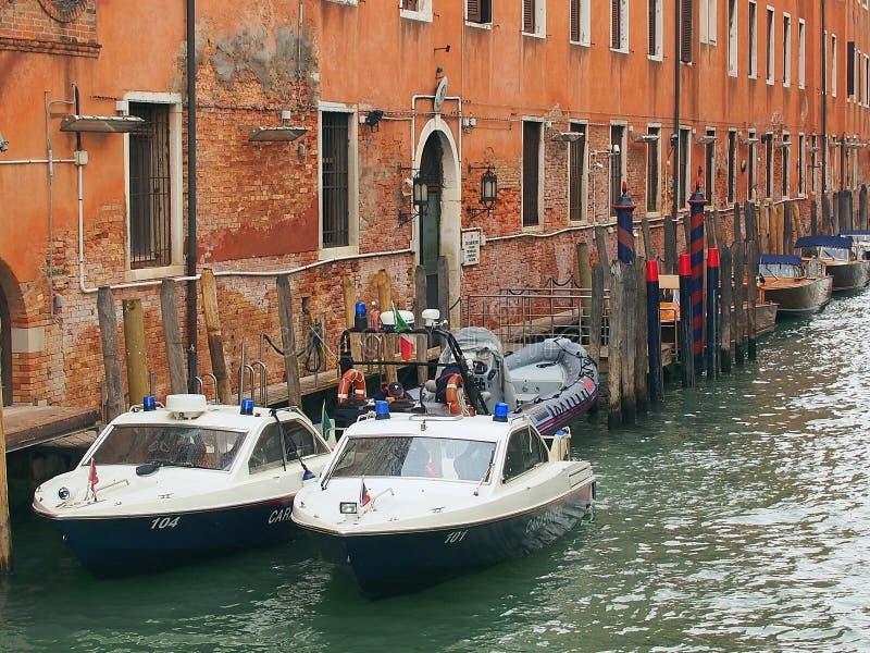 Barche di polizia attraccate in canale, Venezia immagini stock libere da diritti