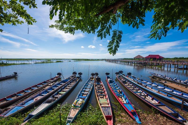 Barche di Raditional nella riserva di Thale Noi Waterfowl fotografia stock