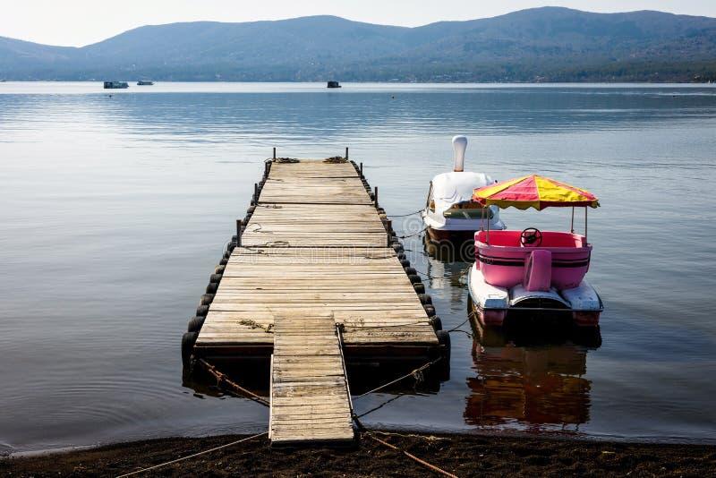 barche di ricreazione sul lago Yamanaka nella mattina fotografia stock libera da diritti