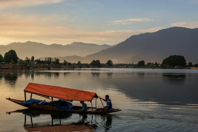 Barche di Shikara su Dal Lake con il tramonto Dal Lake a Srinagar il Jammu e Kashmir immagini stock