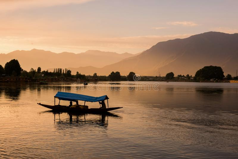 Barche di Shikara su Dal Lake con il tramonto Dal Lake a Srinagar il Jammu e Kashmir fotografia stock libera da diritti
