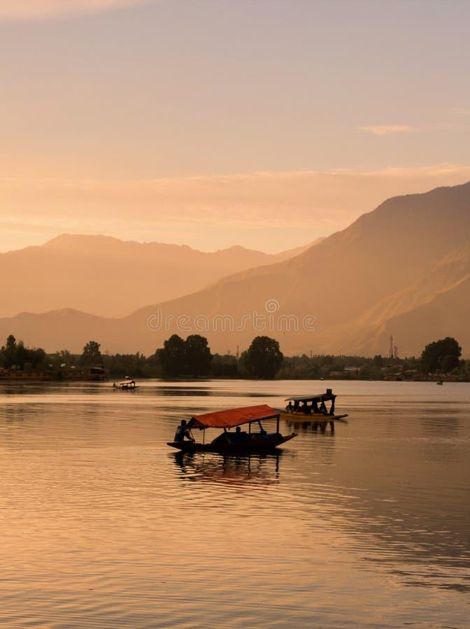 Barche di Shikara su Dal Lake con il tramonto Dal Lake a Srinagar il Jammu e Kashmir immagini stock libere da diritti