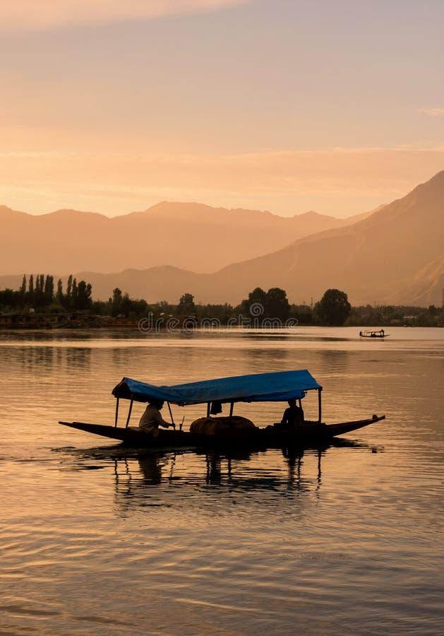 Barche di Shikara su Dal Lake con il tramonto Dal Lake a Srinagar il Jammu e Kashmir fotografia stock