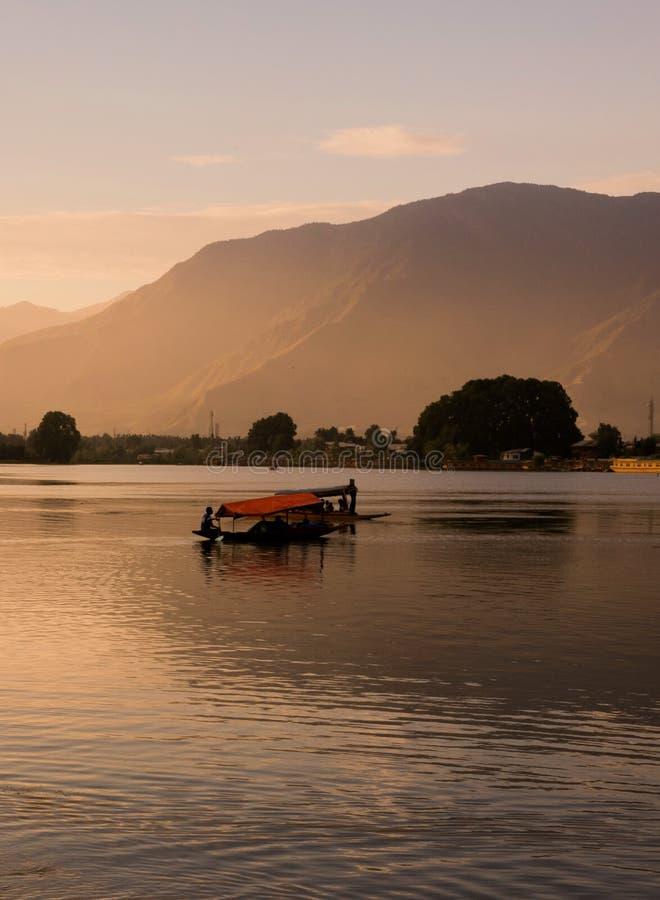 Barche di Shikara su Dal Lake con il tramonto Dal Lake a Srinagar il Jammu e Kashmir fotografie stock