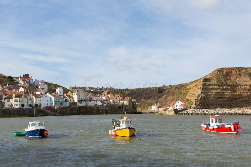 Barche di Staithes Yorkshire nella baia immagine stock