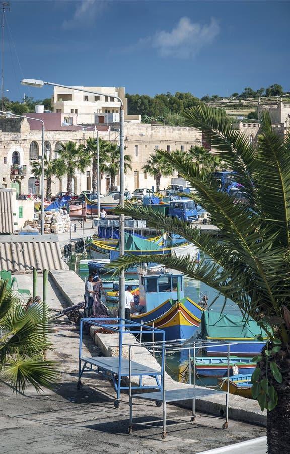 Barche dipinte tradizionali maltesi di luzzu nel marsaxlokk che pesca vi fotografia stock libera da diritti