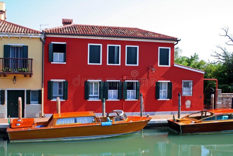 Barche e casa sul canale fotografie stock libere da diritti