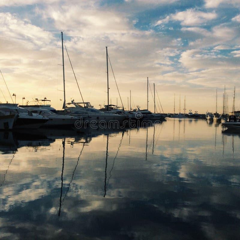 Barche e cielo fotografie stock libere da diritti