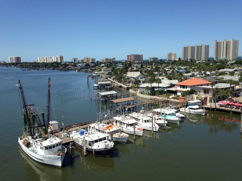 Barche e costruzioni lungo il fiume di Halifax in Florida immagini stock
