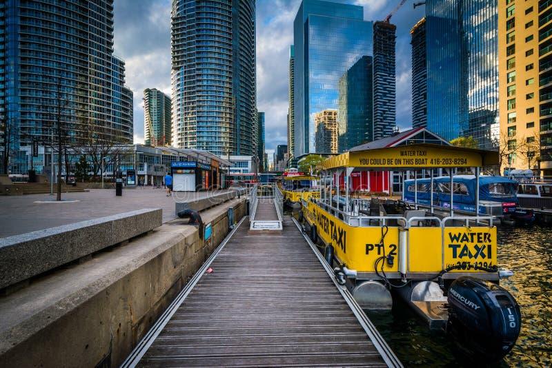 Barche e costruzioni moderne al Harbourfront a Toronto, Ontar fotografia stock
