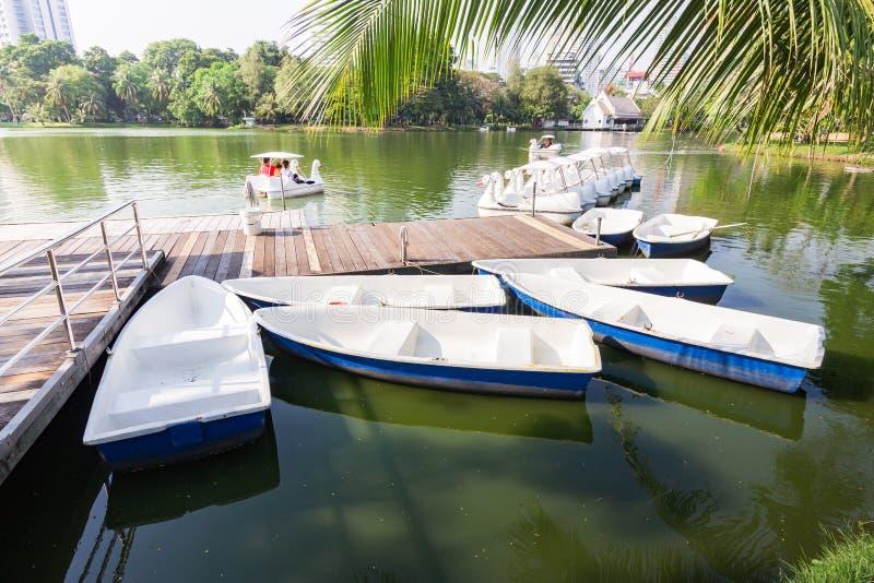 Barche e barche del pedale al parco di Lumpini fotografia stock