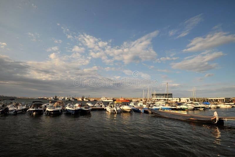 Barche e gondola sulla costa in Costanza, Romania di Mar Nero fotografie stock