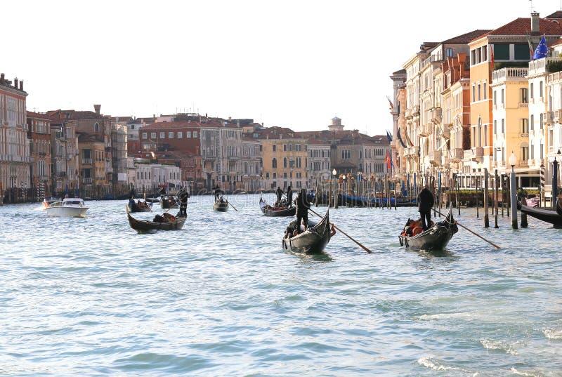 Barche e gondole con molti turisti che navigano sul canal grande immagini stock libere da diritti