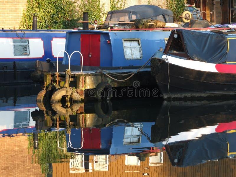 Barche e barche strette convertite in barche domestiche ormeggiate al porto di brighouse nel bacino di brighouse nello yorkshire  immagini stock libere da diritti
