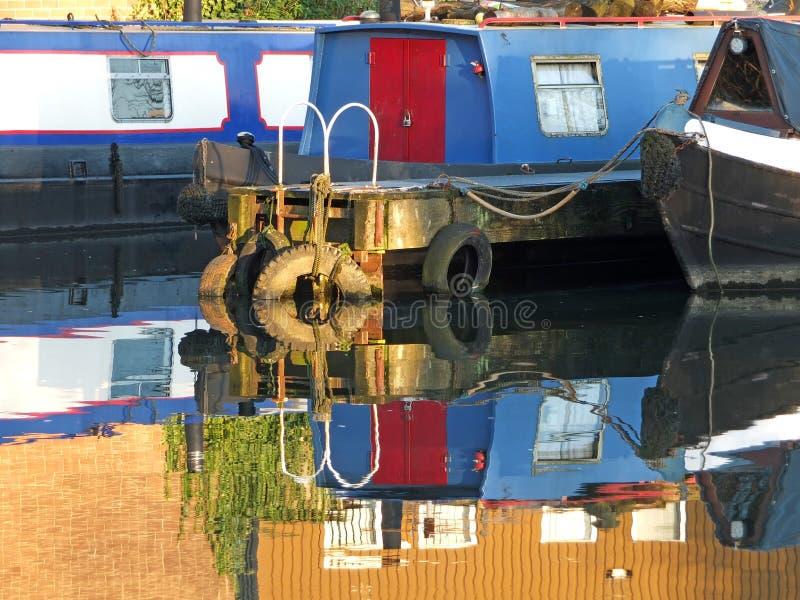 Barche e barche strette convertite in barche domestiche ormeggiate al porto di brighouse nel bacino di brighouse nello yorkshire  fotografia stock libera da diritti