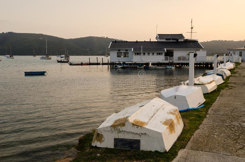 Barche e barche a vela della laguna di Knysna Itinerario del giardino, Sudafrica fotografia stock libera da diritti