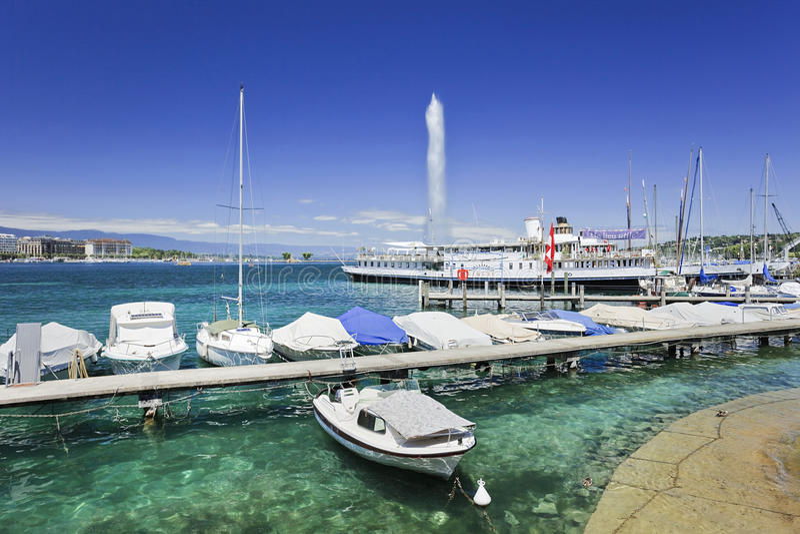 Barche e yacht di Lxurious ancorati nel lago Lemano, Svizzera fotografie stock