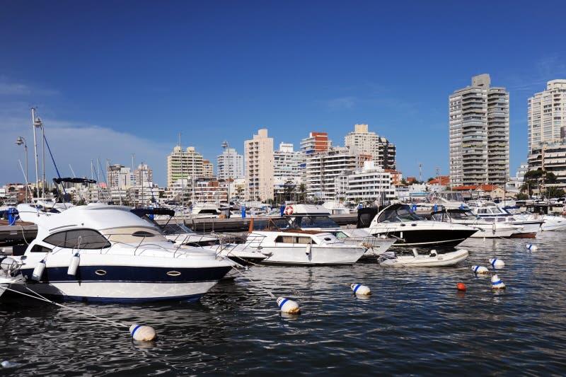 Barche e yacht nella baia fotografia stock