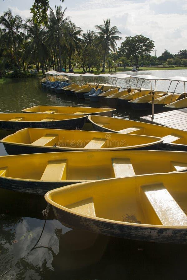 Barche gialle nella laguna immagini stock