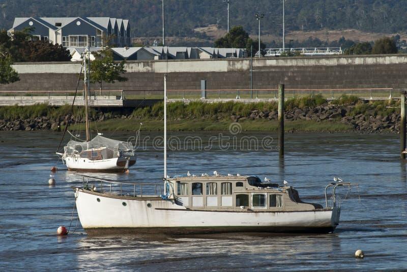 Barche incagliate in fango immagini stock