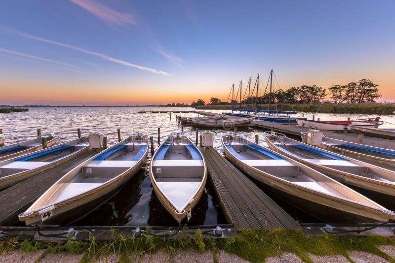 Barche locative in un porticciolo ad alba immagini stock libere da diritti