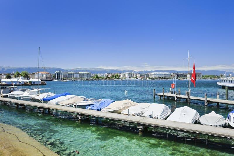 Barche lussuose e yacht ancorati nel lago Lemano, Svizzera fotografia stock